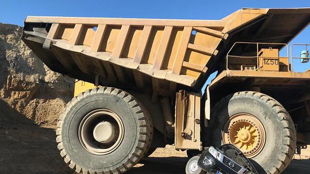 Dev iş makinesi, kamyoneti kağıt gibi ezdi!