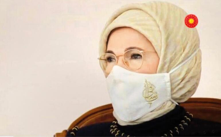 Emine Erdoğan'ın maskesinde ne yazıyor ?