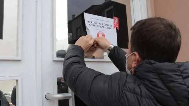 Balıkesir'de pozitif vakaların bulunduğu evlere uyarı yazısı!