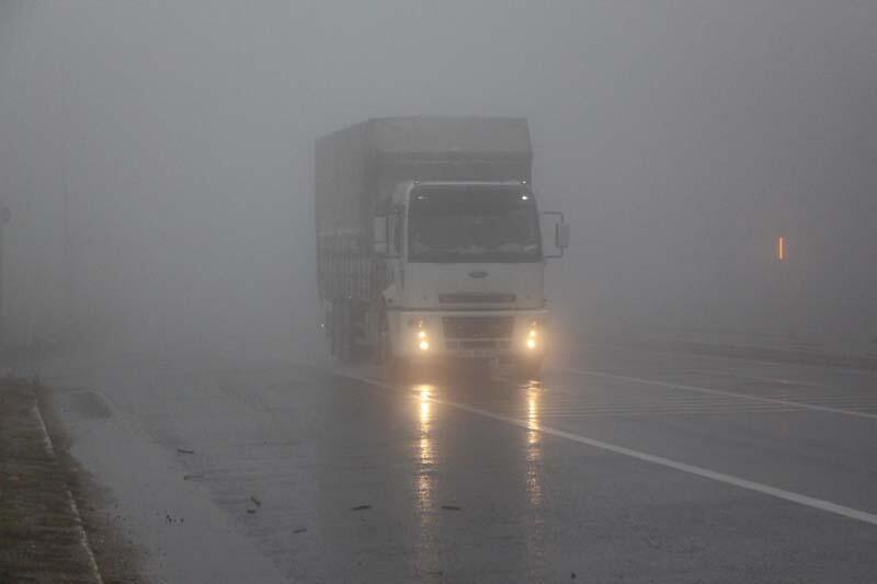Bolu Dağı'nda yağmur ve sis nedeniyle sürücüler zor anlar yaşadı - Resim: 1
