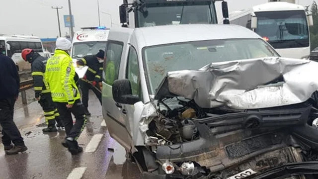 İzmit'te 5 araç birbirine girdi: 8 yaralı