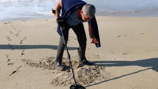 20 yıldır sahilde altın arıyor! ''Denizden herkese ekmek çıkar''