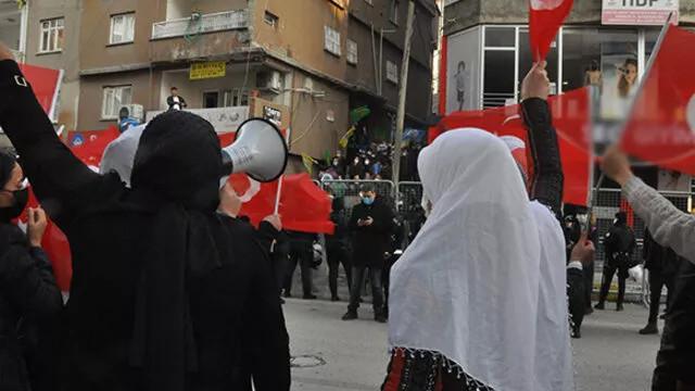 HDP'li grup, PKK'ya tepki için eylem yapan terör mağduru anneleri taşladı!