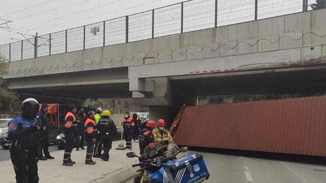 Bakırköy'de korkunç kaza! TIR üst geçide çarptı