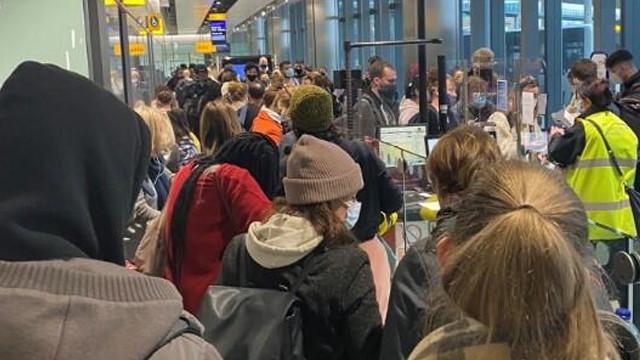 İngiltere'de havalimanlarında ''mutasyon'' kuyruğu