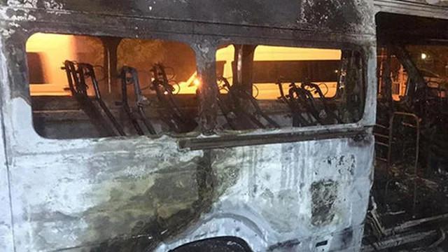Muğla'da sağlık çalışanlarını taşıyan servis alev alev yandı