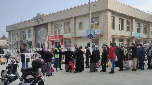 Burdur'da HES kodu kuyruğu! Sosyal mesafe kalmadı