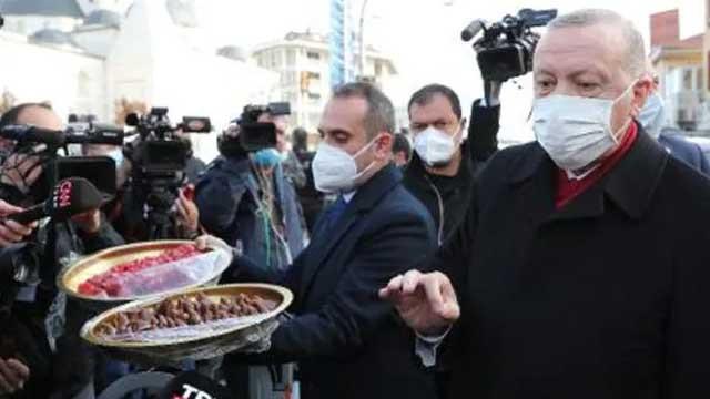 Cumhurbaşkanı Erdoğan gazetecilere pestil ve köme ikram etti
