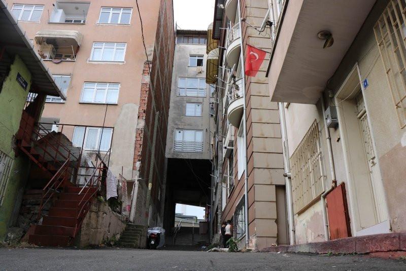 Hayrete düşüren manzara! Apartmanın altından sokak geçiyor