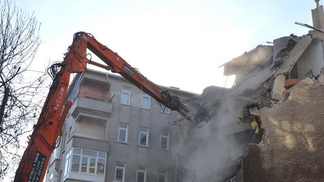 27 yıldır eğik duran o bina yıkıldı