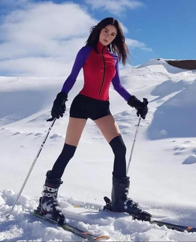 Defne Samyeli'den karlar üzerinde mayolu poz - Resim: 1