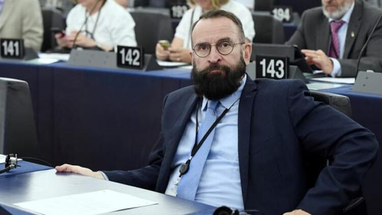 Eşcinsel partide basılan siyasetçi istifa etti