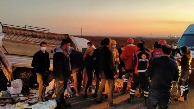 Mardin'de tarım işçilerini taşıyan kamyonet devrildi: 22 yaralı