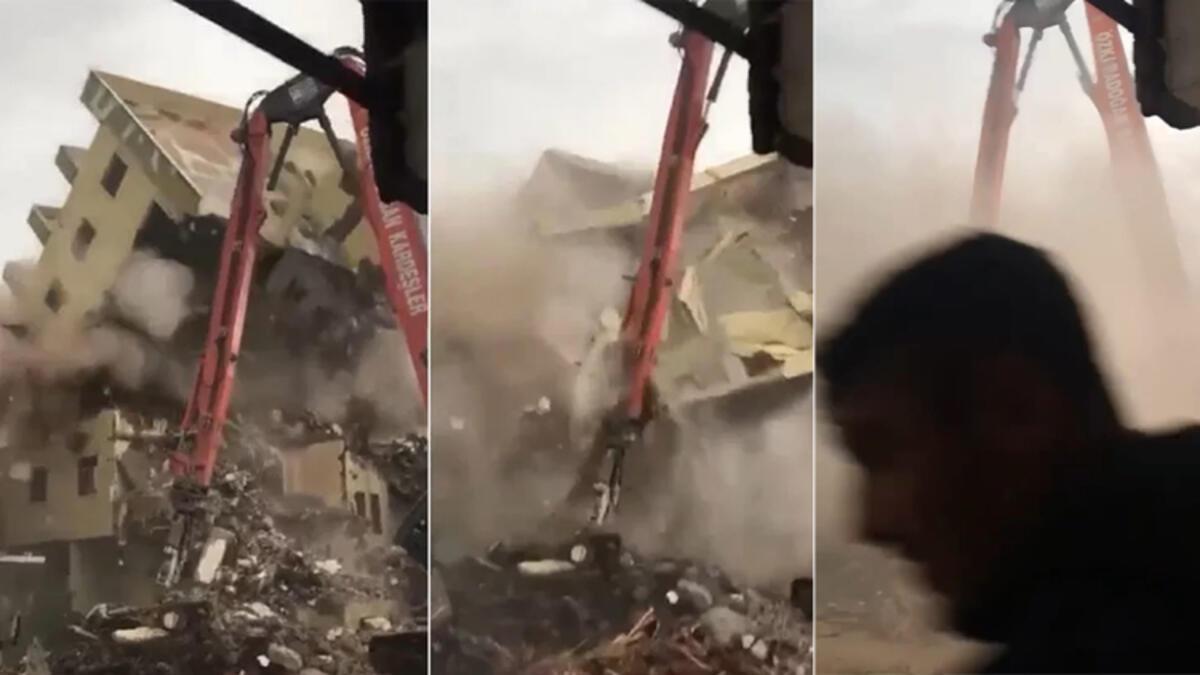 6 katlı bina iş makinesinin üzerine doğru yıkıldı