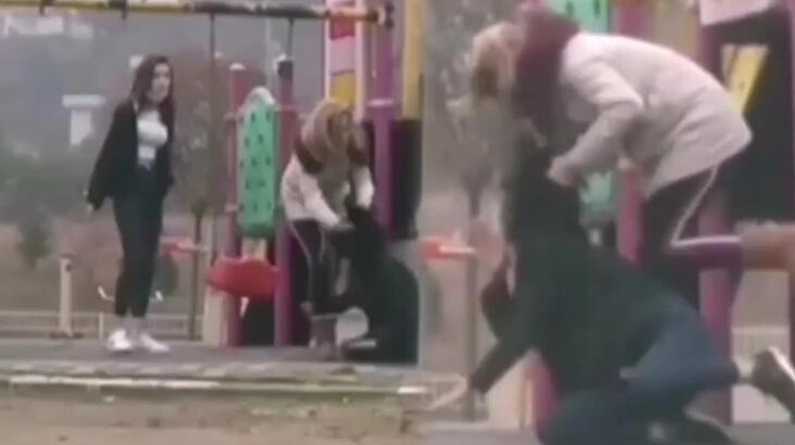 Parkta genç kıza kabusu yaşattı! Arkadaşları gülerek izledi
