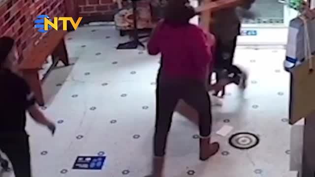 Torununa şişe fırlatan müşteriyi böyle durdurdu!