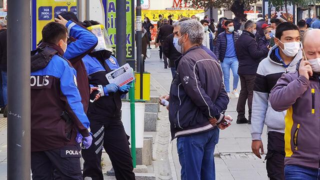 400 kişi ile sınırlandırılan caddede korkutan kalabalık