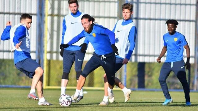 Süper Lig ekibinde 3 futbolcunun Covid-19 testi pozitif çıktı
