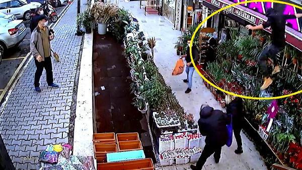 Bıçaklı saldırgan dehşeti! 5 metre yükseklikten atlayarak kaçtı