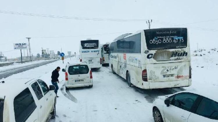 İpek Yolu'nda kar esareti ! Yüzlerce araç mahsur kaldı