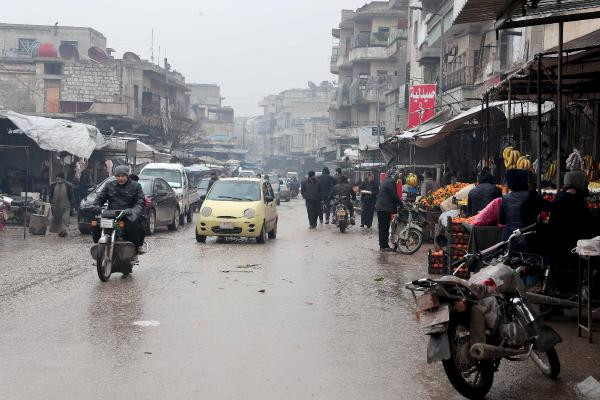 Bombaların yağdığı İdlib'de zorluklarla dolu yaşam