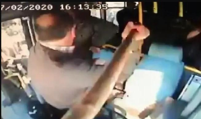 Halk otobüsünde beyzbol sopalı kavga !