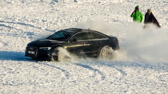 Çıldır'da buz üstünde spor arabayla drift yaptı