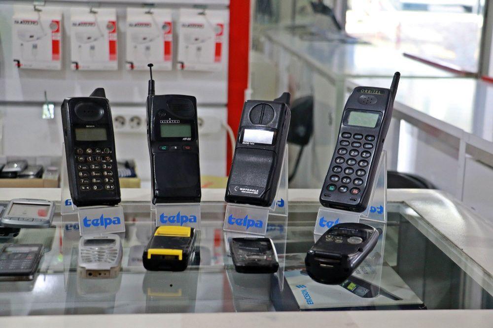 25 yılda 850 cep telefonu biriktirdi