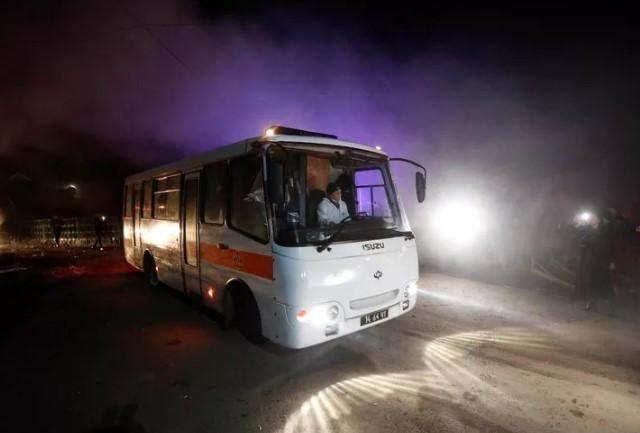 Ukrayna'da Çin'den tahliye edilenler protesto edildi! Otobüsleri taşladılar