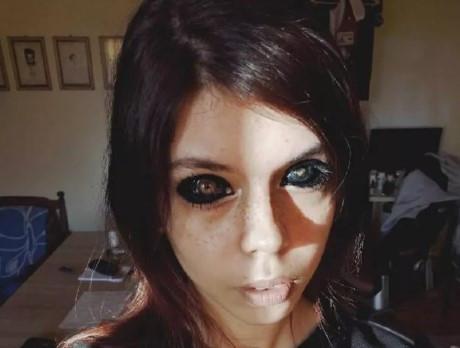 Gözünün içini siyaha boyattı !