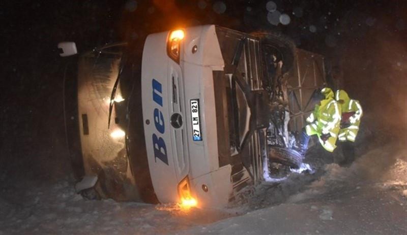 Yolcu otobüsü devrildi: 37 yaralı