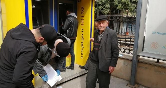 77 yaşındaki vatandaş gazetecilerle alay etti