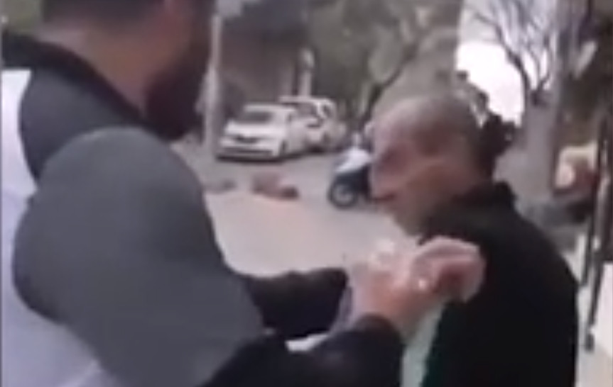 Yaşlı adama zorla maske takıp üstüne kolonya döktüler!