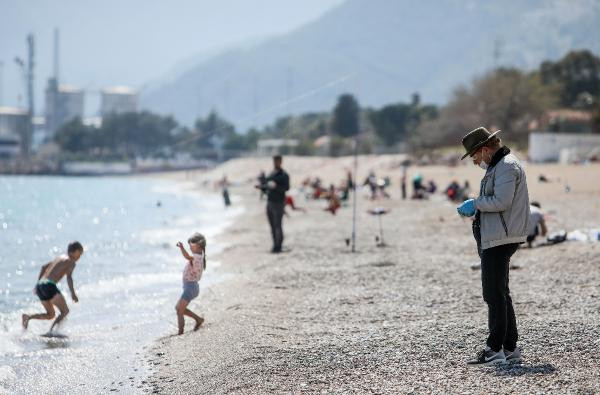 Antalya sahilinde vatandaş koronavirüs dinlemedi