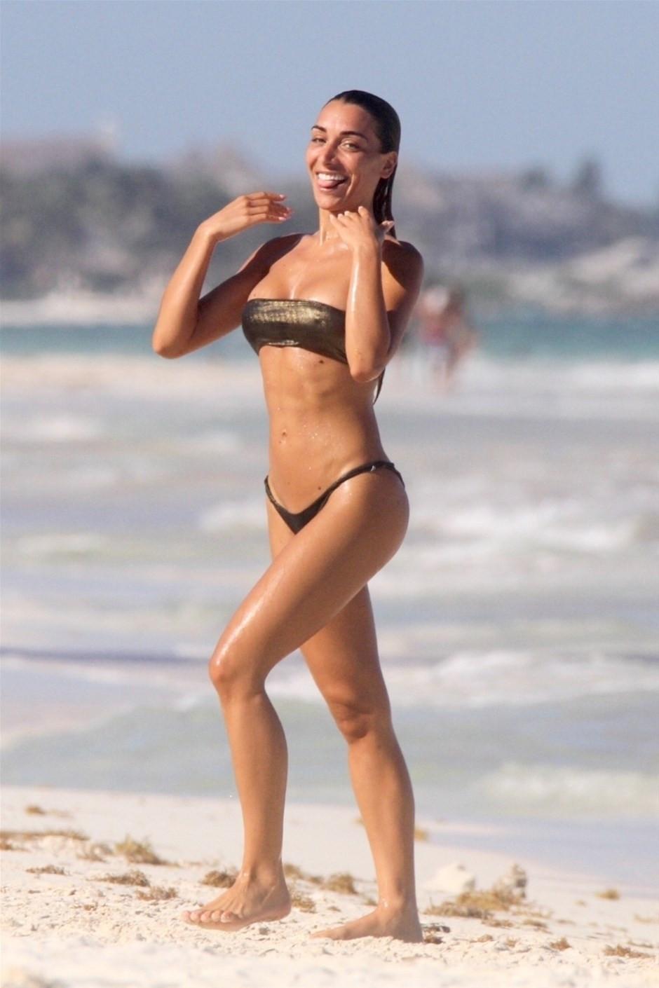 Güzel manken koronavirüse aldırmadı, plajın keyfini çıkardı!