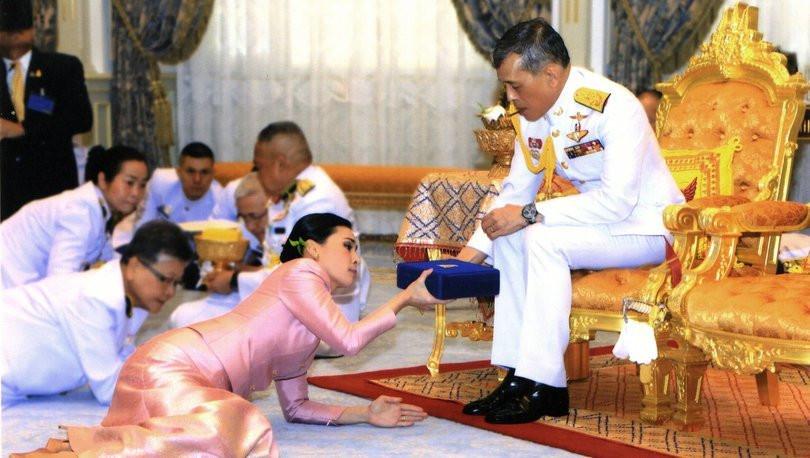 Tayland Kralı 20 cariyesiyle karantinaya girdi