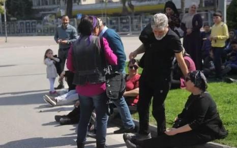 Adana'da kadınlar erkekleri 8 Mart mitinginden kovdu
