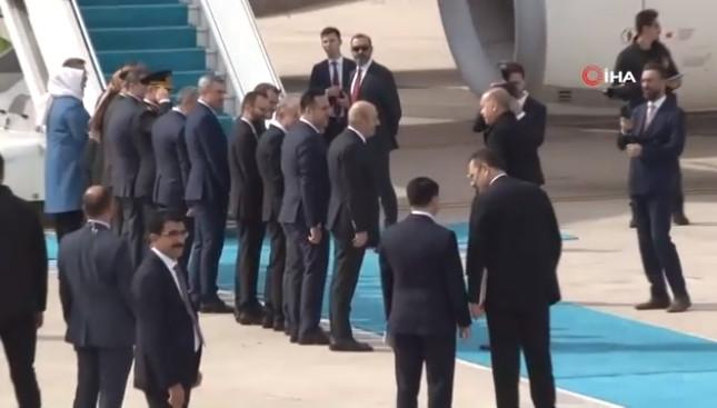 Erdoğan'dan koronavirüs önlemi! Ellerini sıkmadı