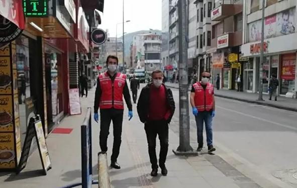 Sokakta 1.5 metreden yakın yürüyenlere para cezası