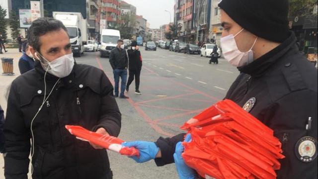 İstanbul'da 23 Nisan için 100 bin bayrak dağıtıldı