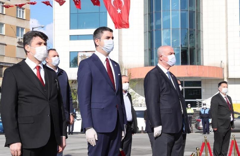 Başkan Gökhan Yüksel, Atatürk anıtına çelenk bıraktı