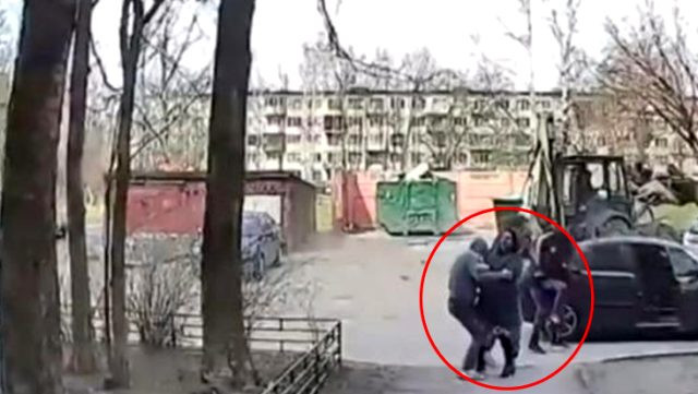 Rusya'da güpegündüz kız kaçırdılar ! Çığlıklar mahalleyi inletti