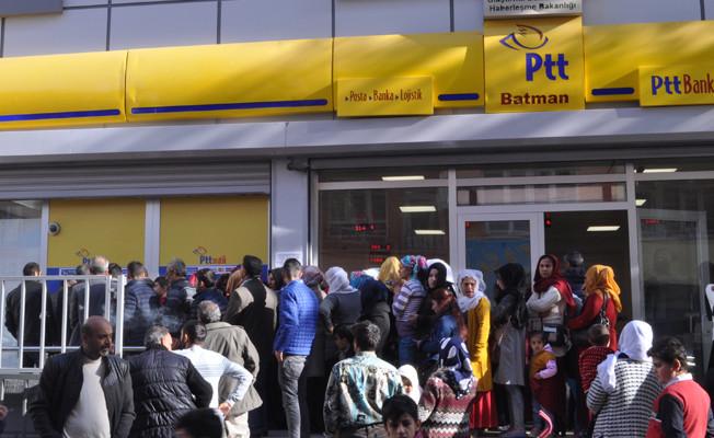 PTT önündeki insan kuyruğu devam ediyor