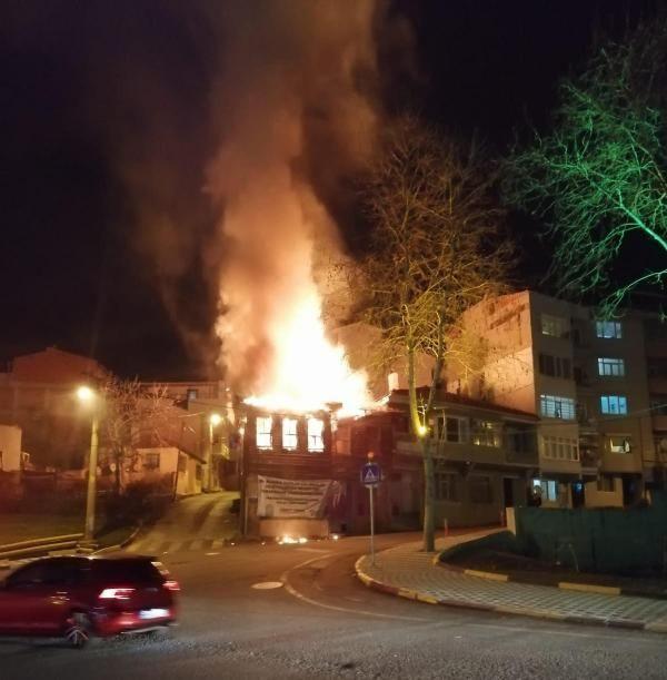 Tarihi ahşap bina çıkan yangında kül oldu