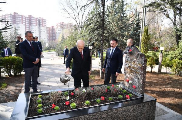 Bahçeli'den Türkeş'in mezarına ziyaret