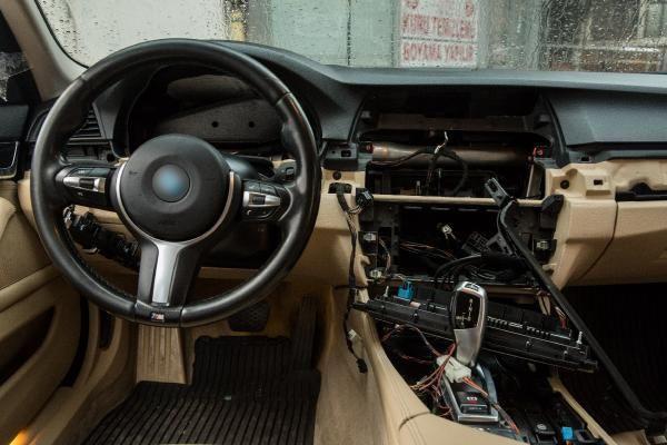 Lüks otomobilin tüm elektronik aksamı çalındı