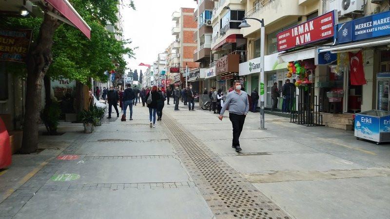 İzmirlilerin hıncahınç doldurduğu caddeye polis indi