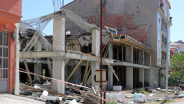 Afyonkarahisar'da bina inşaatı çöktü: 2 yaralı