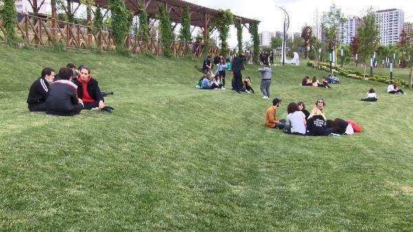 İstanbul'da gençler sosyal mesafe kuralına uymadı
