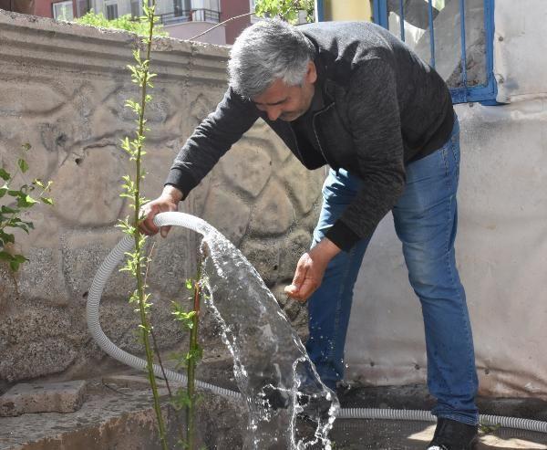 Sitenin bahçesinden kaynak suyu çıktı